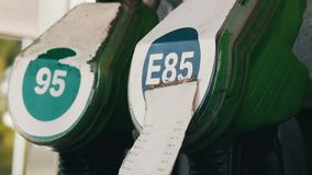 Benzin- oder Tankstellegastanksäuledüsenfall stock video footage
