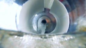 Benzin, Treibstoff, der in Automobilbehälter ausläuft stock video