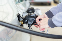 Benzina che è pompata in un'automobile dell'autoveicolo Fotografia Stock