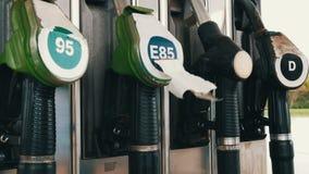 Benzine of benzine de pijp van de de brandstofpomp van het postgas hangt stock footage