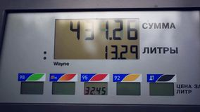 Benzine metrowy samochód przy benzynową rosjanin stacją zbiory
