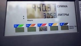 Benzine metrowy samochód przy benzynową rosjanin stacją zbiory wideo