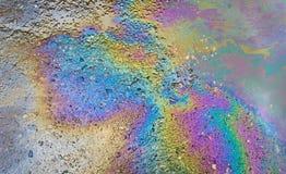 Benzine op het asfalt een groot vulkleiwater stock foto