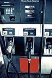 Benzinepomp bij benzinestations Stock Fotografie