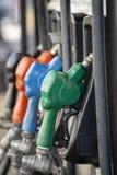 Benzinepomp het Vullen Pijpen Brandstof bij benzinestation dichte omhooggaand royalty-vrije stock foto