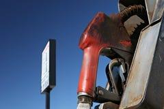Benzinepomp met teken Royalty-vrije Stock Foto