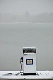 Benzinepomp in sneeuwonweer stock foto's