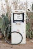 Benzinepomp in woestijn Stock Afbeeldingen