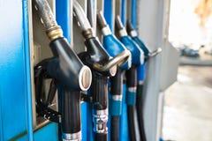 Benzinepompen bij een benzinestation Royalty-vrije Stock Foto's