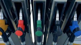 Benzinepompen met brandstofpistolen Brandstof, benzinestation, het concept van benzineprijzen stock videobeelden