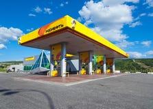 Benzinepost Rosneft, Kolsky-vooruitzicht, Moermansk stock afbeeldingen