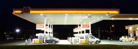 Benzinestation bij nacht Stock Afbeeldingen