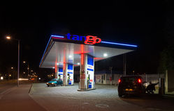 Benzinestation bij nacht Stock Fotografie