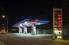Benzinestation bij nacht Stock Foto