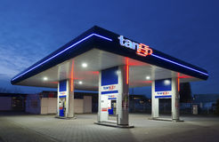 Benzinestation bij nacht Royalty-vrije Stock Afbeelding