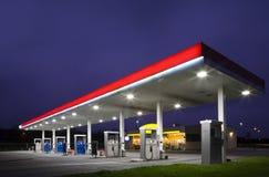Benzinestation bij nacht Stock Foto's
