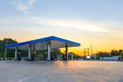 Benzinestation bij Zonsondergang Royalty-vrije Stock Afbeeldingen