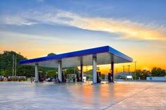 Benzinestation bij Zonsondergang Stock Afbeeldingen