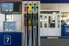 Benzinestation de drie kleurrijke kolom van de brandstofpomp royalty-vrije stock foto
