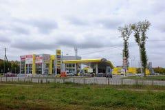 Benzinestation en autowasserette in Omsk Stock Foto