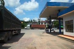 Benzinestation en vracht zware vrachtwagen Stock Afbeelding