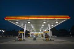 Benzinestation met lichten Stock Foto