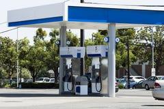 Benzinestationeiland van Pompen met Straat en Auto's Stock Fotografie
