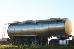 Benzinetankwagen op de weg met open cabinedeur en vrachtwagenchauffeur daarin stock afbeeldingen
