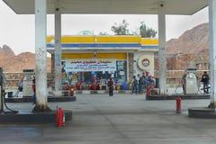 Benzinfüllung und -kinder auf ihr in Ägypten Stockbild
