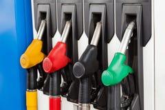 Benzinstationkraftstoffpumpen stockfotos