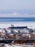 Benzintanker am russischen Erdölkanal Stockfotografie