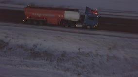 Benzyna zbiornik z migaczami i zbiornika paliwowy poruszający na zimy nocy drodze zdjęcie wideo