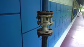 Benzynowa drymba na tle błękit ściana zbiory wideo