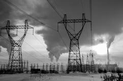 Benzynowa elektrownia w zimnym zima krajobrazie podczas zmierzchu Obraz Stock