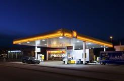 Benzynowa stacja przy nocą obraz stock