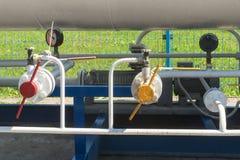 Benzynowe klapy i wymierniki na rurociąg benzynowej stacji obraz stock