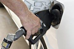 benzynowej ręki męski target784_0_ zdjęcie royalty free