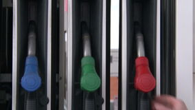 Benzynowej staci ręka usuwa paliwowego węża elastycznego zbiory wideo