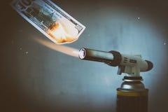 Benzynowy palenie, benzynowy palnik, pali sto dolarów Tam są sztuczni narysy Pojęcie problemy z gazem naturalnym, zdjęcie royalty free