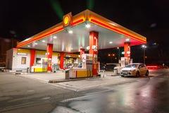 Benzyny benzynowa stacja z nocy światłami Zdjęcia Royalty Free