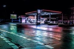 Benzyny benzynowej stacji stacja przy nocą fotografia stock