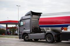 Benzyny ciężarówka blisko benzynowej staci zdjęcia stock