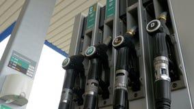 Benzyny lub staci benzynowej paliwowej pompy benzynowy nozzle Stacja paliwowa samochodowa plombowania paliwa stacja benzynowa zdjęcie wideo