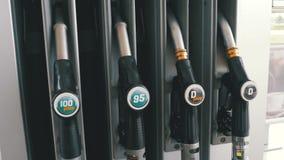 Benzyny lub staci benzynowej paliwowej pompy benzynowy nozzle Stacja paliwowa samochodowa plombowania paliwa stacja benzynowa zbiory wideo