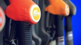 Benzyny pompy nozzle przy benzynową stacją zbiory wideo