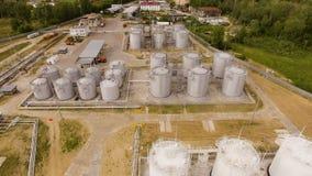 Benzyny strefa przemysłowa z spłuczkami i zbiornikami na piasku widok z lotu ptaka zdjęcie wideo
