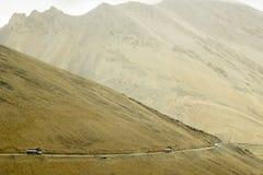 Benzyny tankowowie na halnej drodze obraz stock