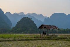 Beobachten der schönen Landschaft im Sonnenuntergang, Vang Vieng stockfoto