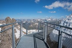 Beobachten des Gehwegs am nebelhorn Gebirgsgipfel stockfoto