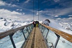Beobachten des Punktes auf die Oberseite des Berges Stockbilder